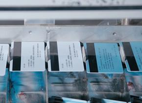 印刷卡片时如何避免蹭脏或划伤现象